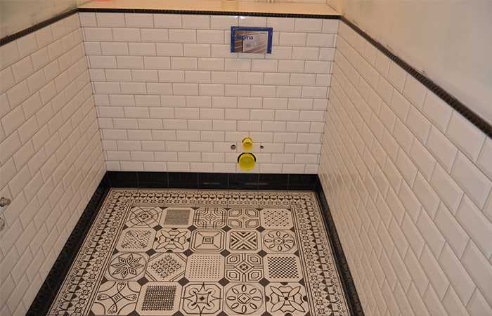 Плитка metro на стене в туалете