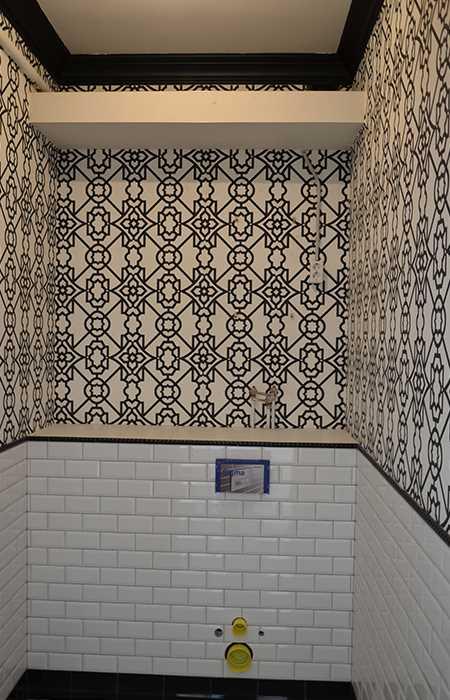 поклейка обоев в туалете