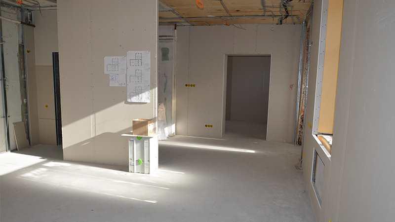 Зашивка гипсокартоном стен в лофт студии красоты