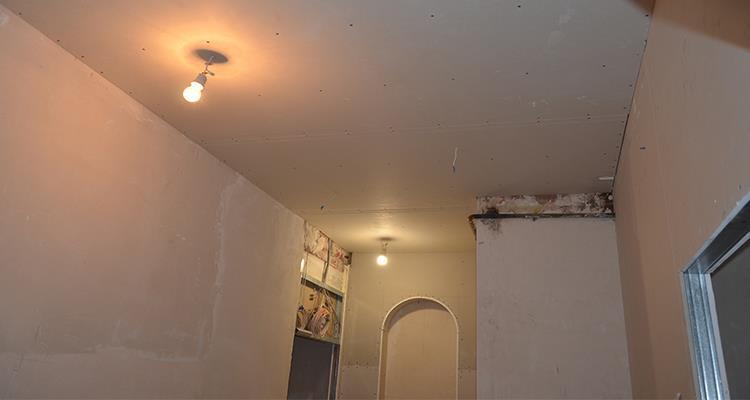 """Установка """"ломанного""""потолка из гипсокартона в коридоре"""
