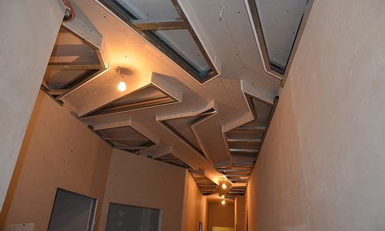 Каркас второго уровня подвесного ломанного потолка