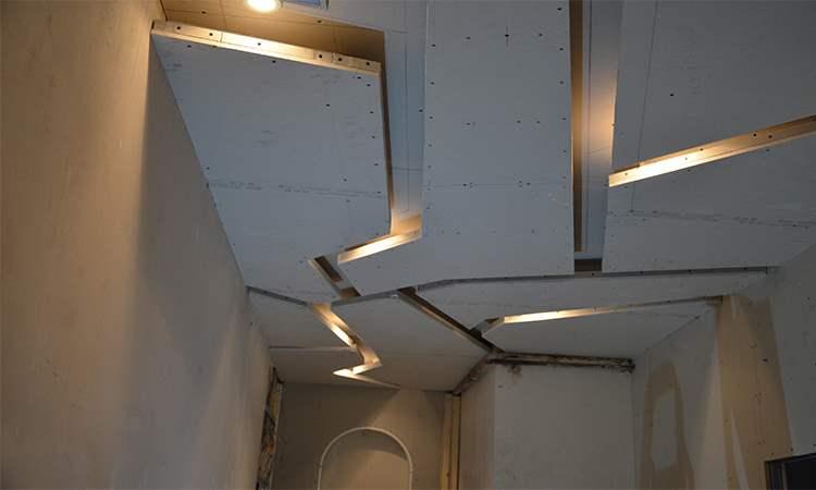"""Подвесной """"ломанный"""" потолок в коридоре"""