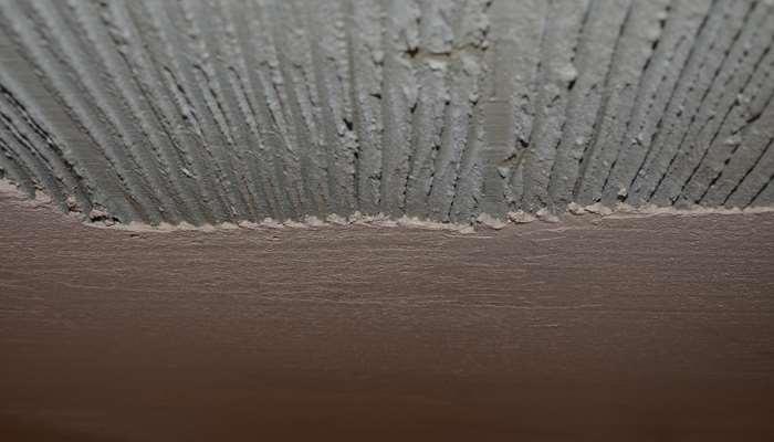 Слой штукатурки на потолке